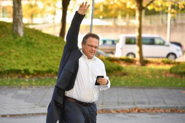 https://www.imago-images.de/bild/st/94773566/m/Hans-Peter-FRIEDRICH-auf-dem-Weg-zur-Vorstandssitzung,-Einzelbild,angeschnittene-stockfoto