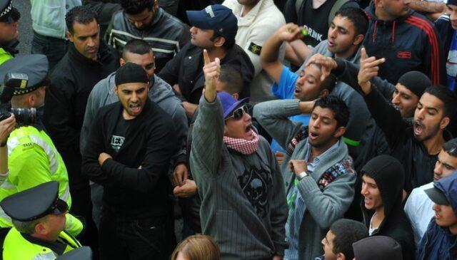 Hysterischer Muslim-Mob (Symbolbild: shutterstock.com/Von englishinbsas)