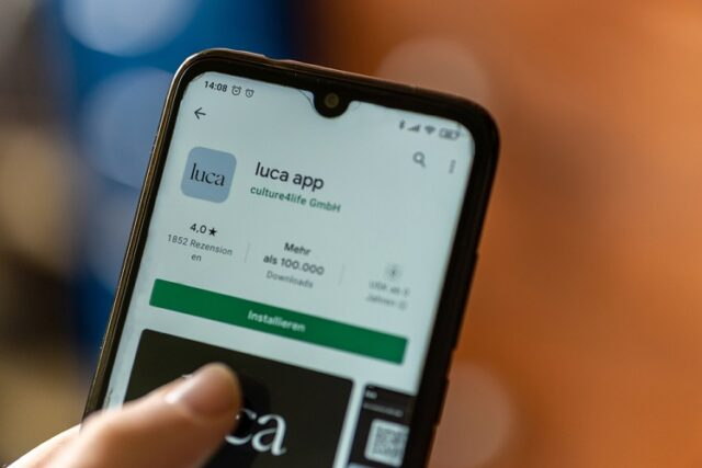 Brandgefährliche Luca App (Bild: shutterstock.com/Von Wirestock Creators)
