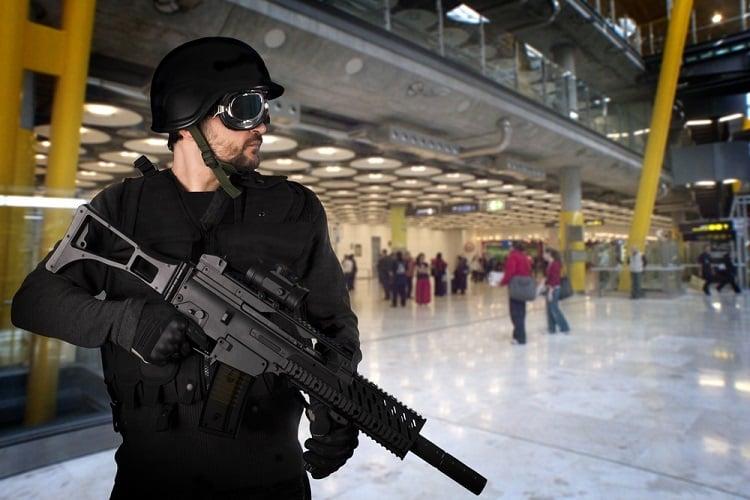 Merkels Corona-Regime sperrt 650 Menschen am BER ein - bewacht von der Polizei